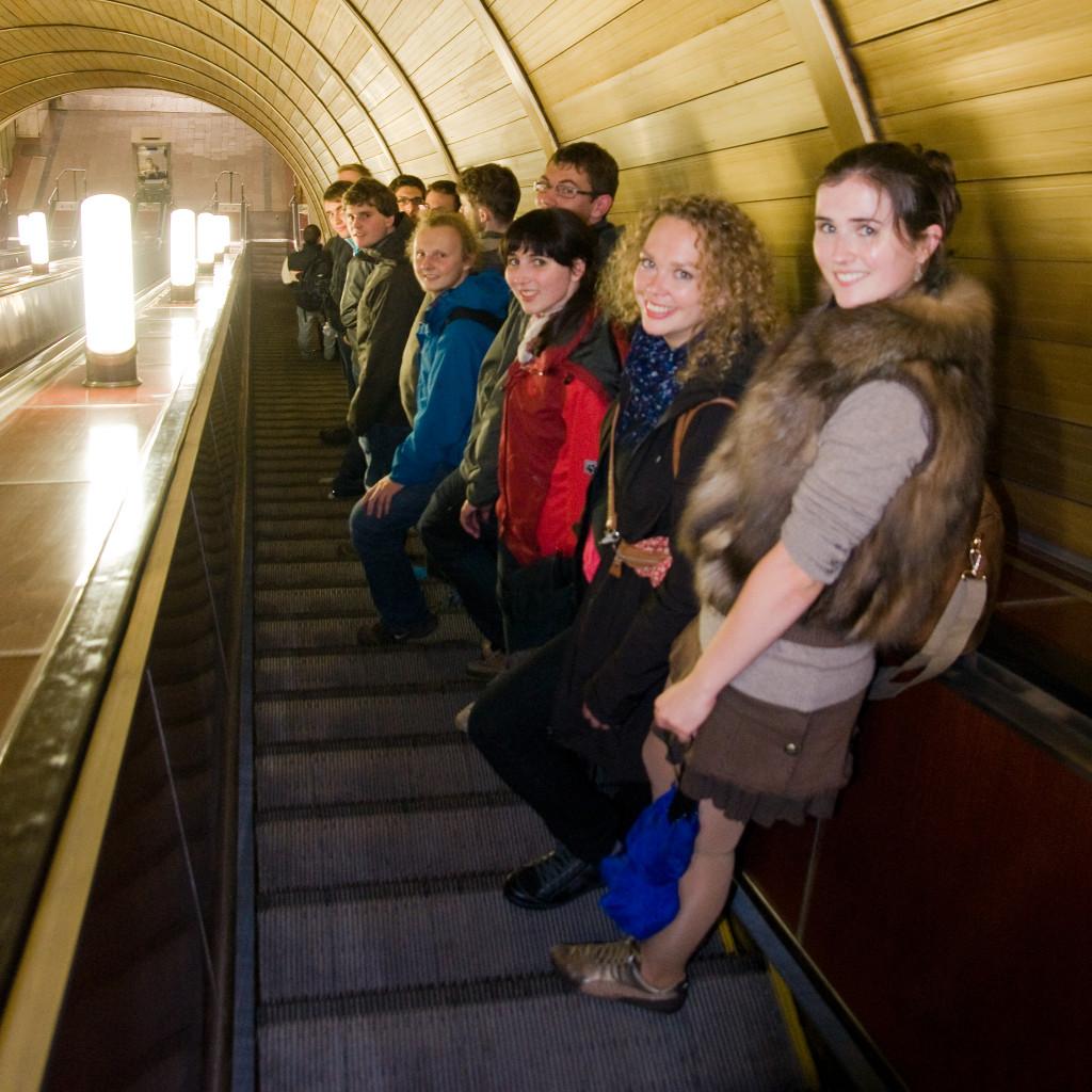 Auf den längsten Rolltreppen der Welt in Moskaus Metro Stationen