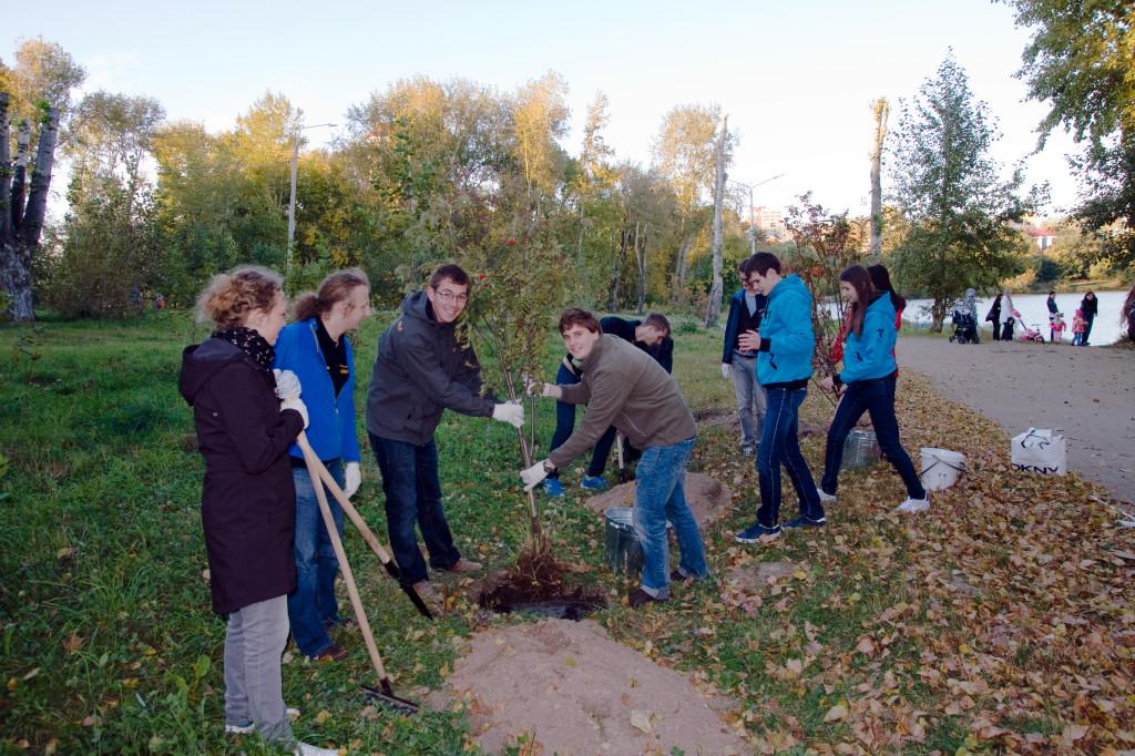 """An der """"International Alley"""" der staatlichen Universität für Verkehrswesen des Urals in Jekaterinburg pflanzen wir zwei Bäume."""
