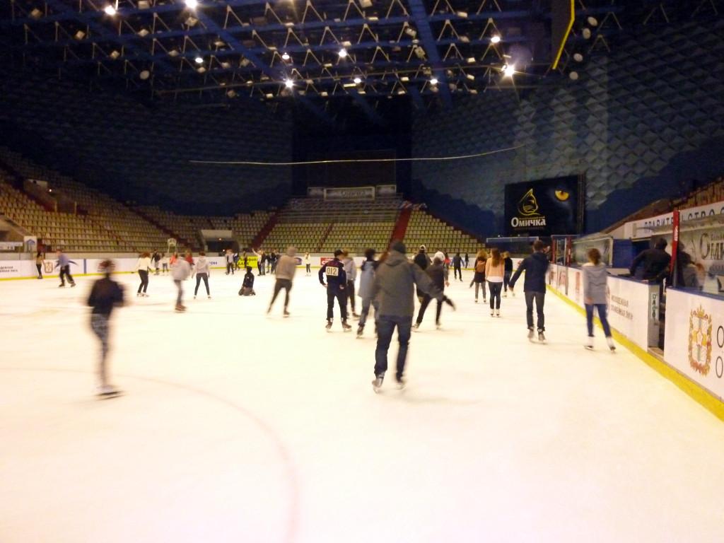 Beim Eislaufen in der Omsker Eisarena