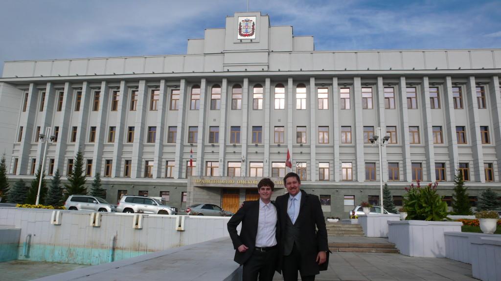 Simon und Konstantin Ponomarjow vor dem Gouverneurspalast in Omsk