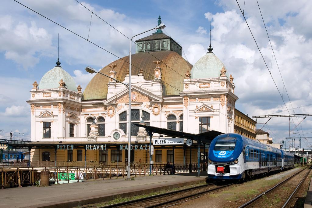 Neue RegioSharks vor dem altehrwürdigen Empfangsgebäude von Pilsen