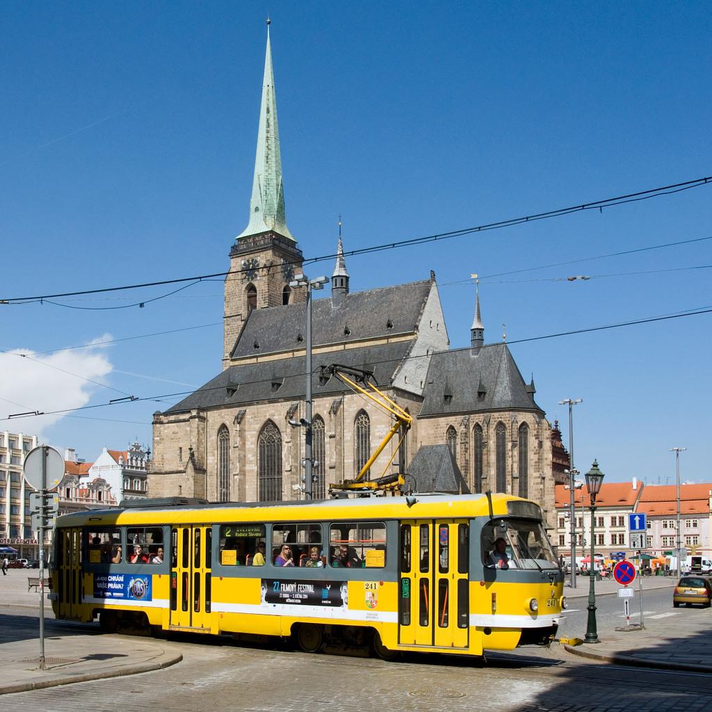 Eine Tatra-Straßenbahn vor der Kulisse der Bartholomä-Kathedrale.