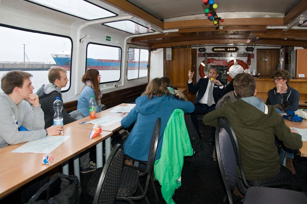 Fachkundige Erläuterungen in der Barkasse im Hamburger Hafen