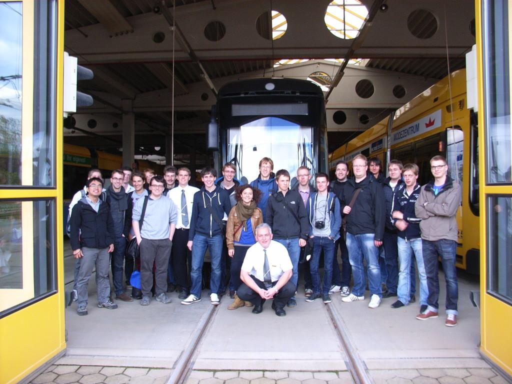 Unsere Exkursionsgruppe mit Herrn Engel auf dem Betriebshof Gorbitz