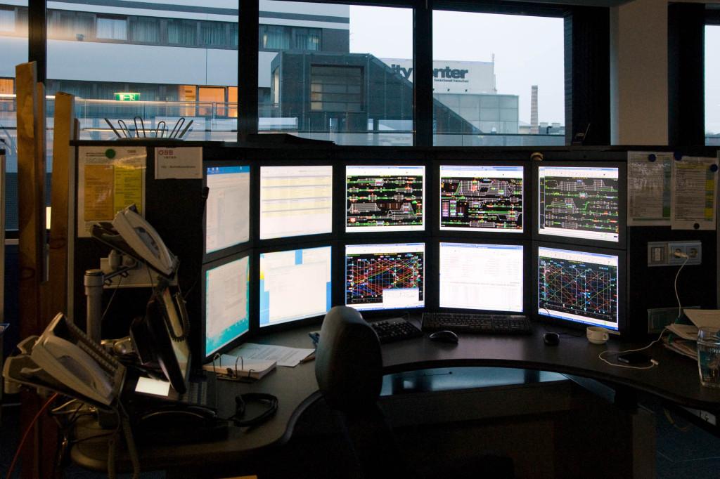 Fahrdienstleiterarbeitsplatz in der Betriebsführungszentrale Salzburg von ÖBB Infra.