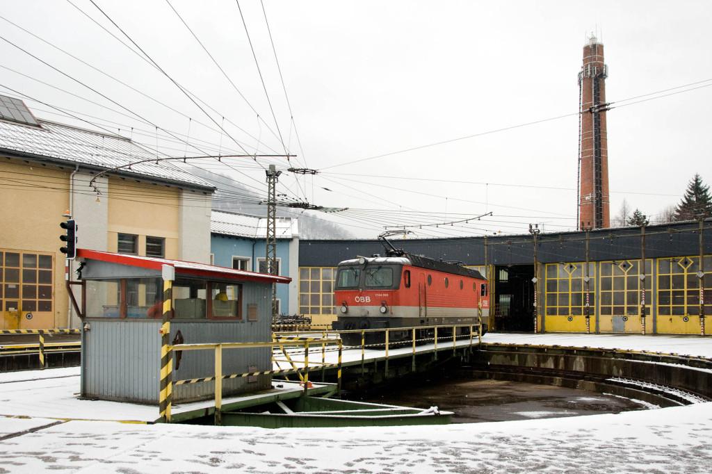 Eine E-Lok der Baureihe 1144 rangiert von der Drehscheibe in den Rundschuppen von Salzburg-Gnigl.