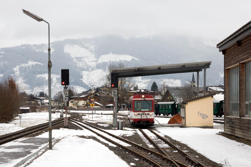 VTs 13 der Pinzgauer Lokalbahn wird an der Remise in Tischlerhäusl betankt.
