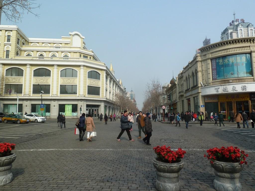 Fußgängerzone in Harbin mit kreuzender Straße.