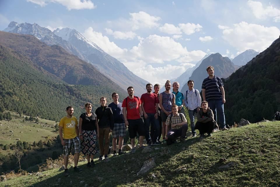 Gruppenbild in einem herrlichen Gebirgstal Kirgistans nahe Bischkek