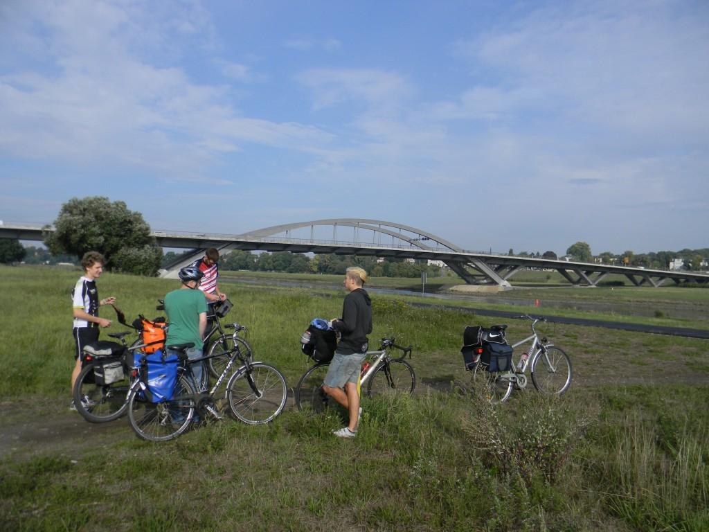 Treffen an der Waldschlösschenbrücke