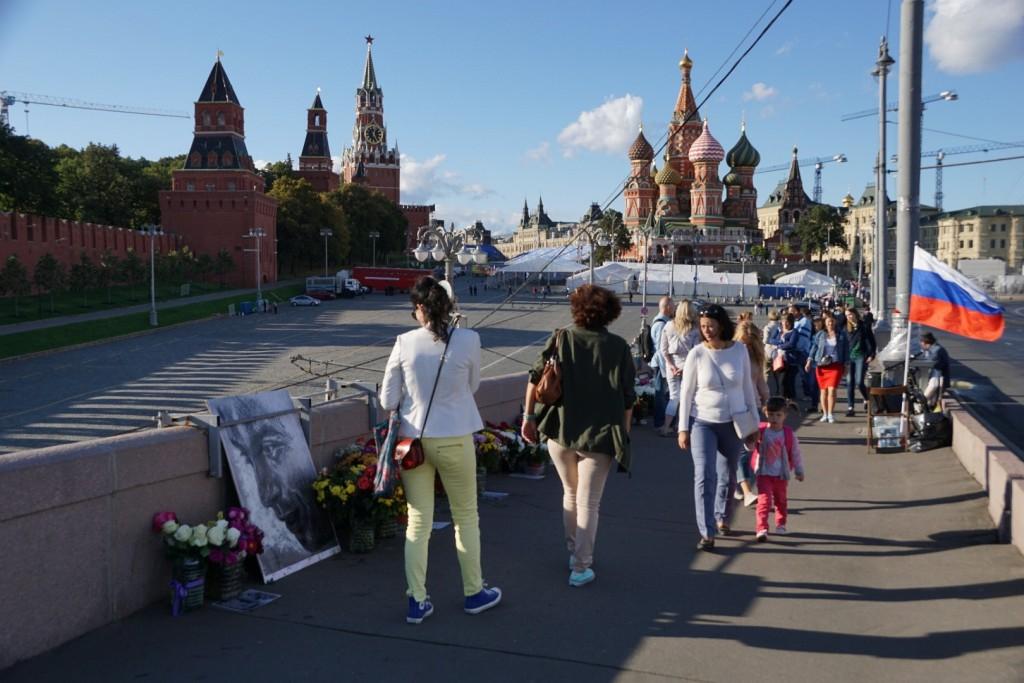 Erinnerung an den im Februar 2015 hier erschossenen Boris Nemzow unweit des Kremls