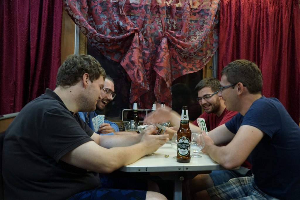 """""""Illegales"""" Kartenspiel im Speisewagen - zumindest die Chefin mochte es nicht, störte sich dann aber auch nicht weiter daran."""