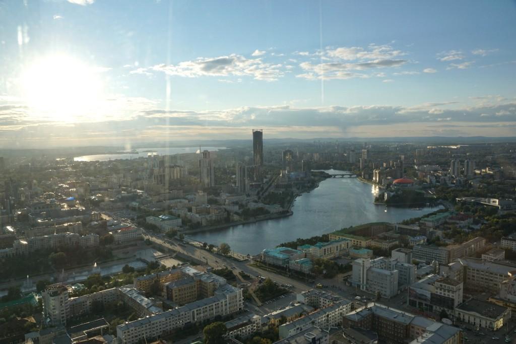 Aussicht vom höchsten Gebäude Jekaterinburgs auf das Stadtzentrum im Abendlicht