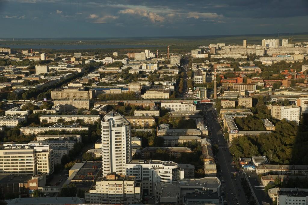 Ein Schnellzug fährt durch Jekaterinburg
