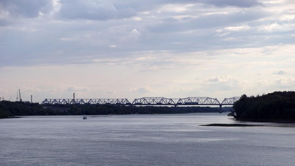 Die Brücke über den Irtisch der Transsibirischen Eisenbahn. Ein Containerzug fährt gen Westen
