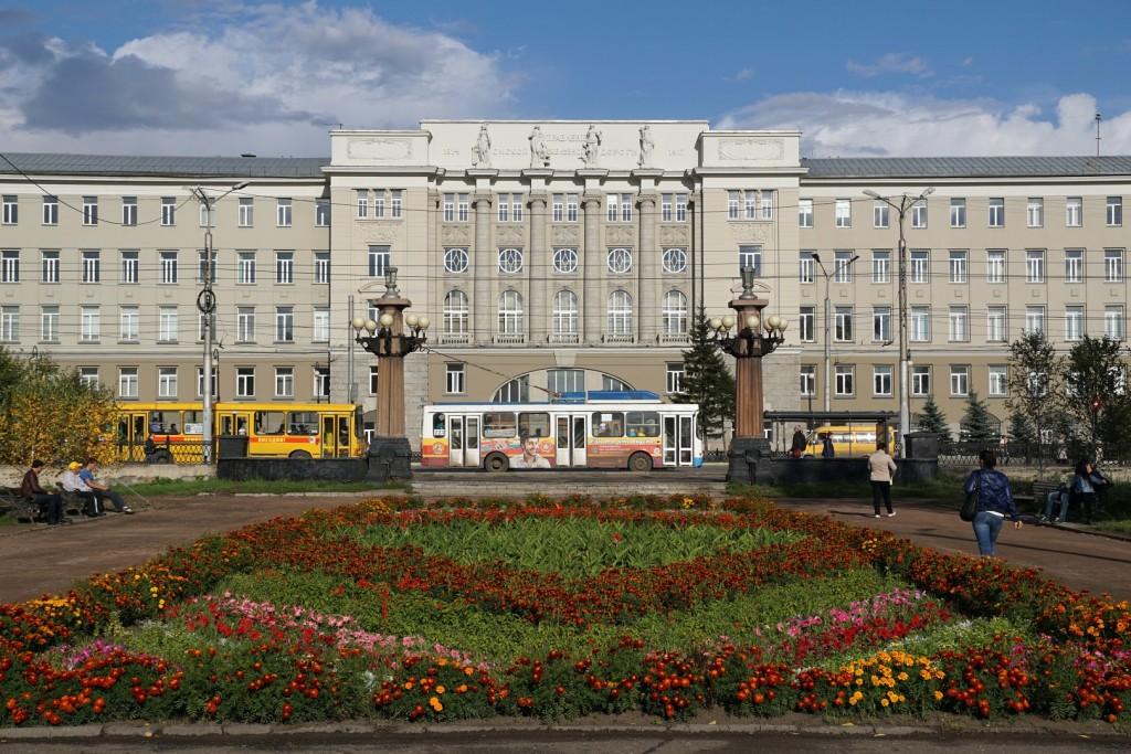 Das Hauptgebäude der OmGUPS mit einem Trolleybus