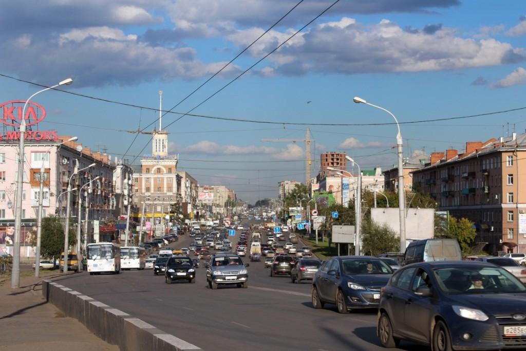 Alltag auf einer der vielen breiten Hauptstraßen in Omsk