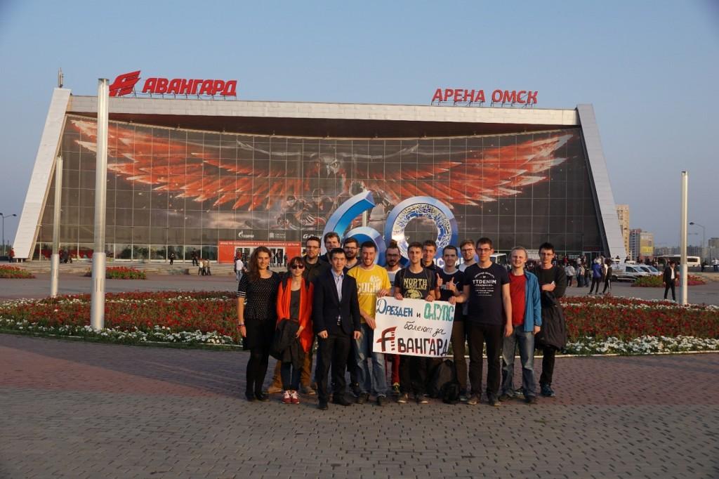 Gemeinsamer Besuch eines Eishockeyspiels der Omsker Mannschaft Avangard
