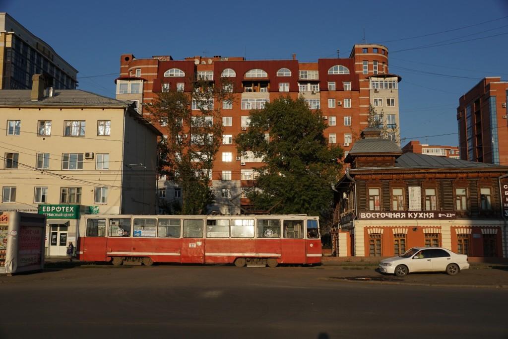 Typische Straßenbahn vor typisch gemischter Bebauung in Omsk