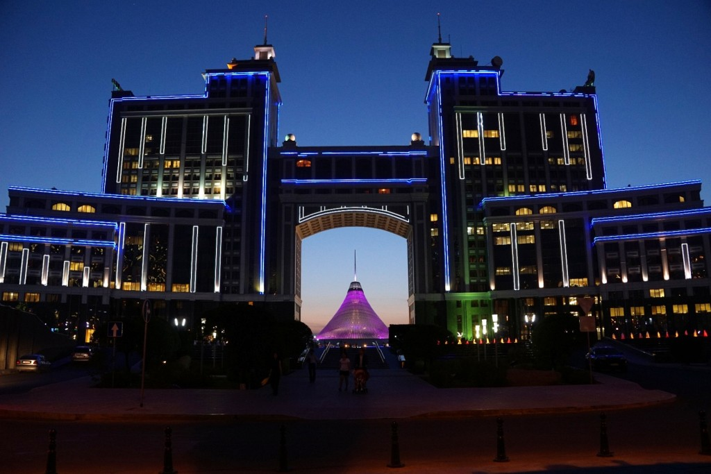 Nachts ist Astana hell erleuchtet