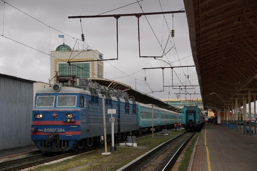 Unser Zug zur Weiterfahrt nach Almaty vor der Abfahrt in Astana