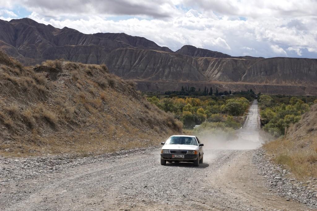 Ein Audi 80 auf den Schotterpisten Zentralkirgistans