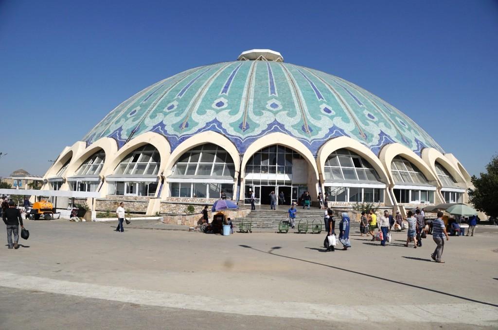 Die Frischehalle des Basars in Taschkent von außen...