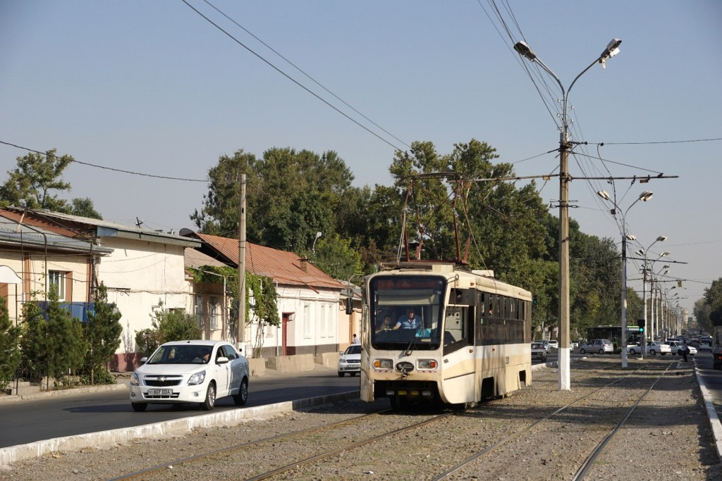 Straßenbahn in Taschkent und ein typischer Chevrolet