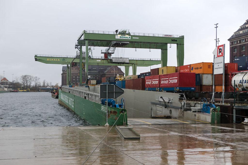 Schwerlastshuttle und Containerkräne im Westhafen der BEHALA in Berlin