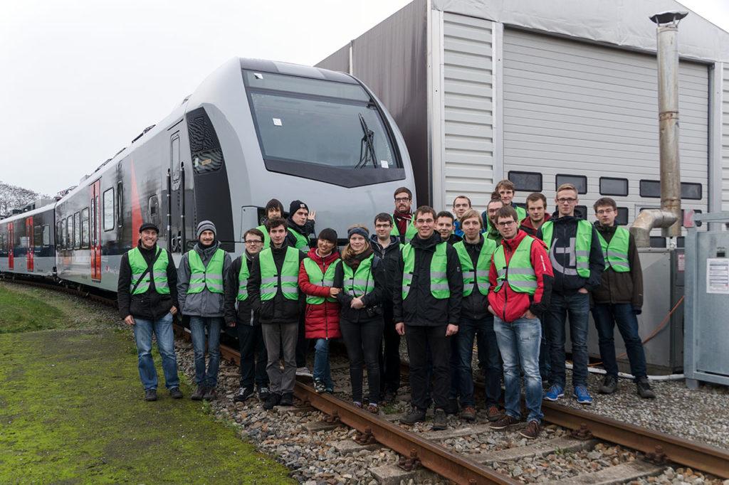 Gruppenfoto vor einem Flirt3 für das Niederrhein-Netz von Abellio Rail NRW bei der Stadler Pankow GmbH