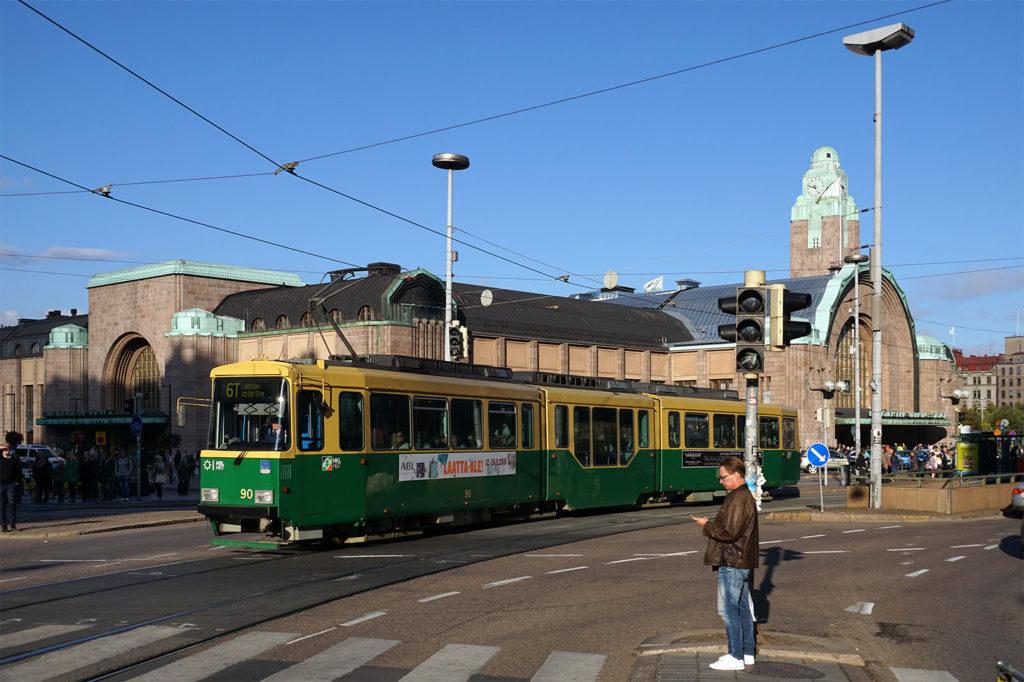 Ältere Straßenbahn in Helsinki vor dem Bahnhof