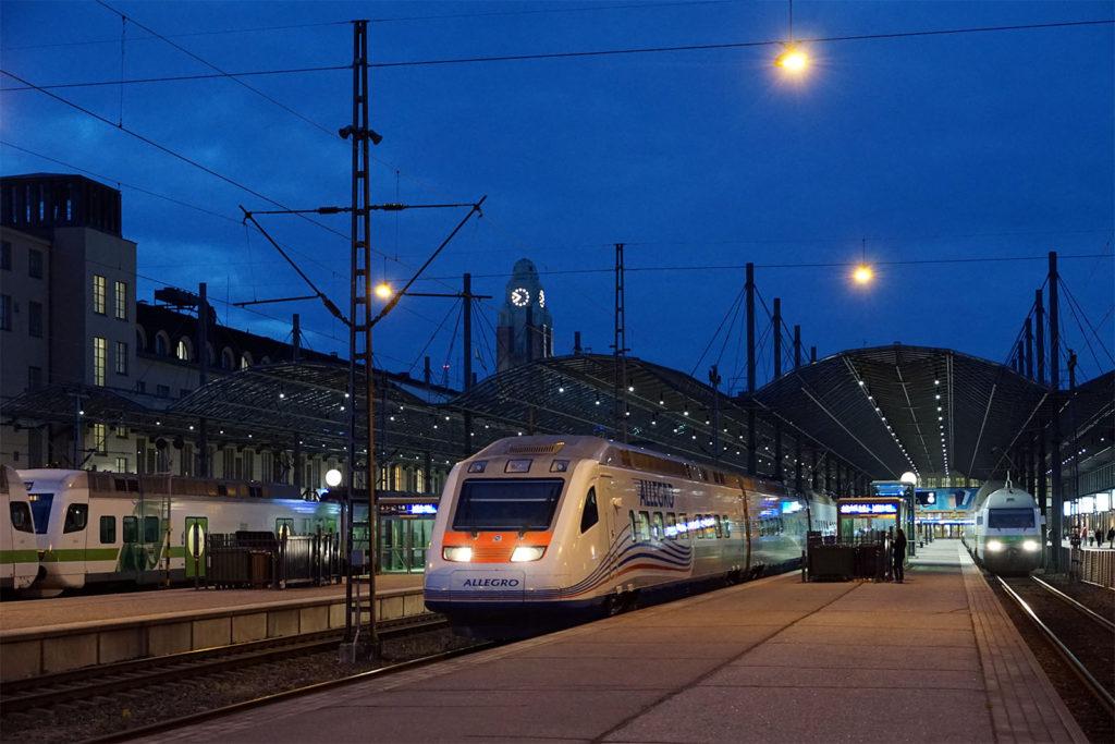 Der Hochgeschwindigkeitszug Allegro im Bahnhof von Helsinki