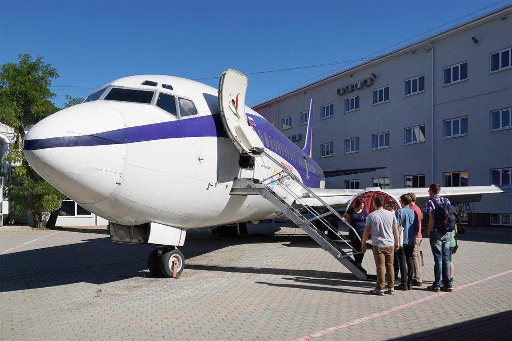 Flugzeug im Innenhof der Baltischen Universität Kaliningrad