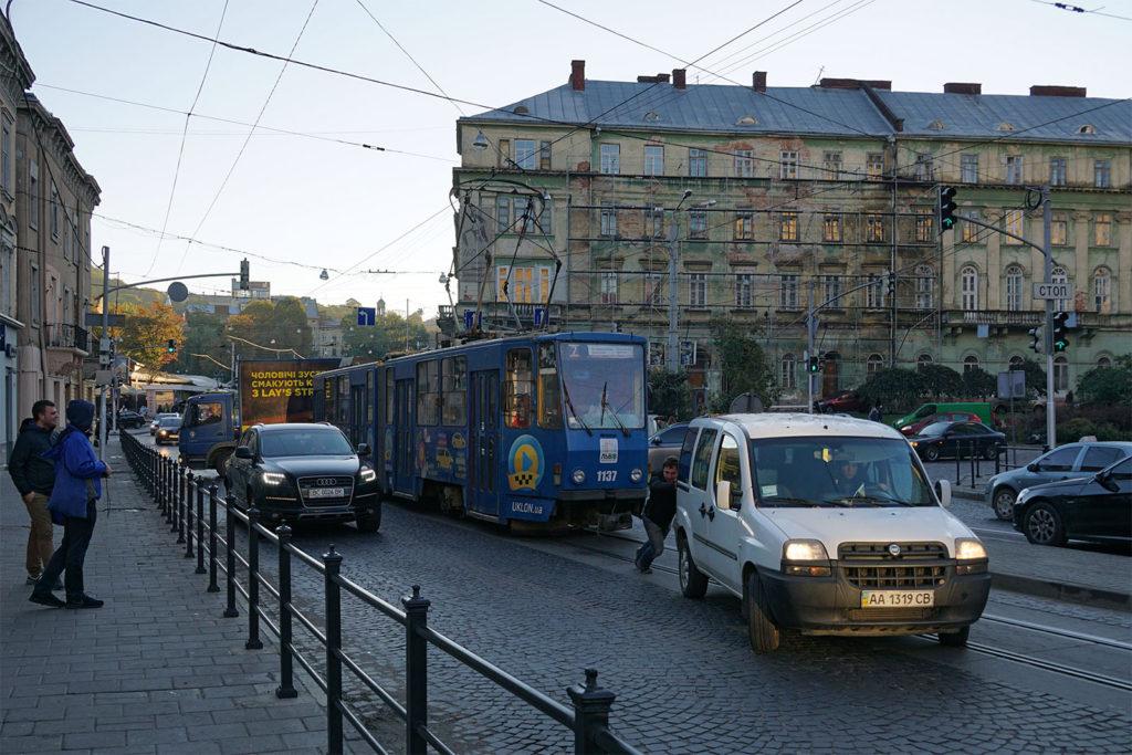 Unkomplizierte Amtshilfe: Dresdner Straßenbahnfahrer schieben ein liegengebliebenes Auto von den Straßenbahnschienen