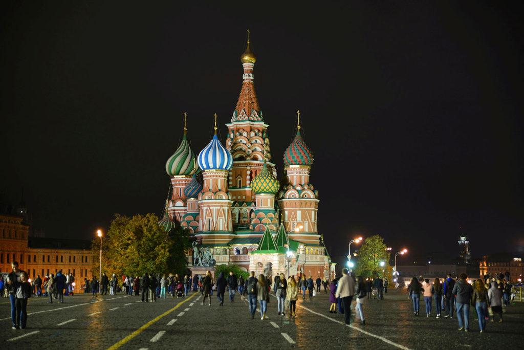 Die Basilika auf dem Roten Platz bei Nacht