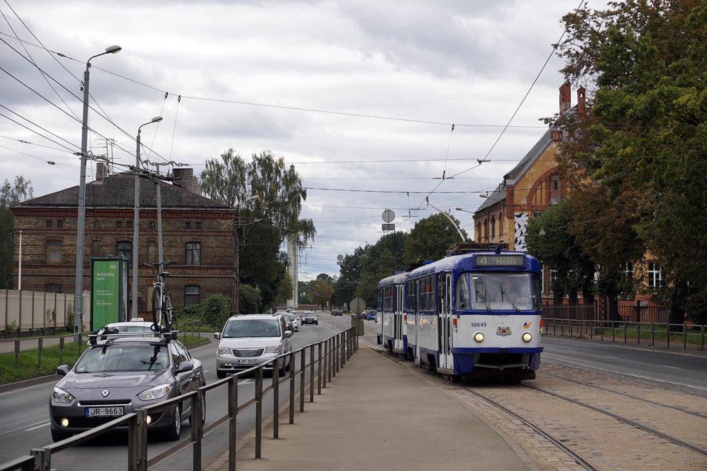 Straßenbahn mit Rollen-Stromabnehmer